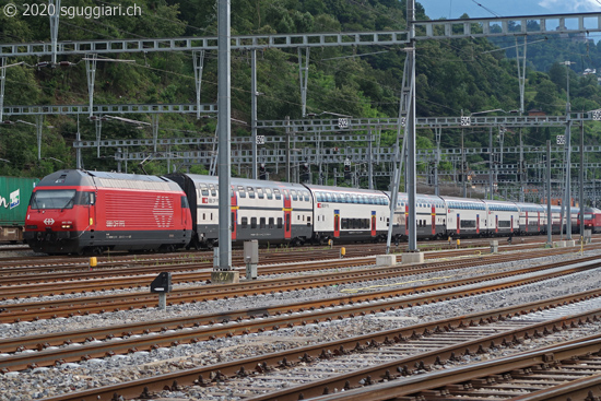 FFS Re 460 084-7 con IC2000 a Bellinzona